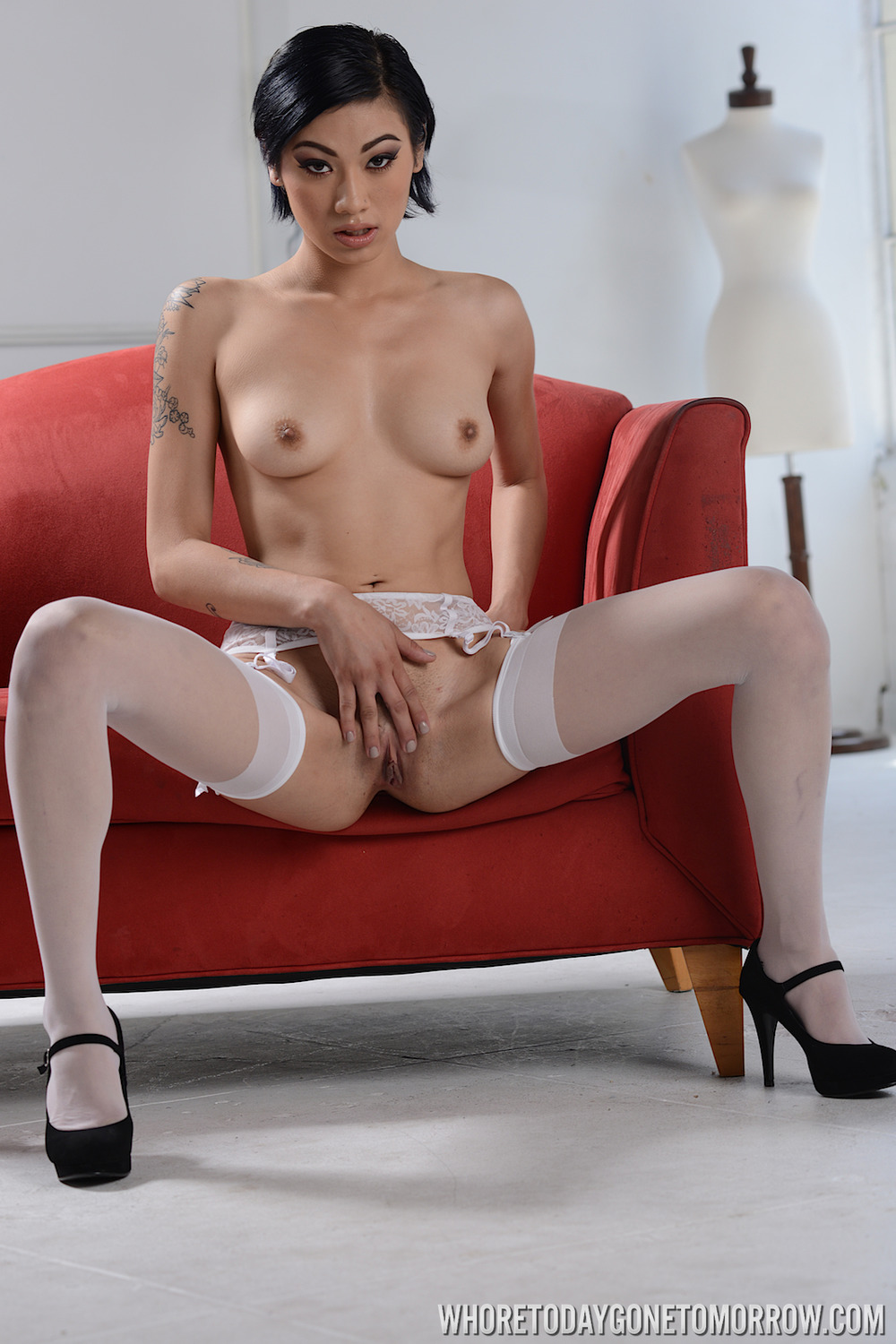 Beautiful Blonde Babe Belle Claire Gets Nude