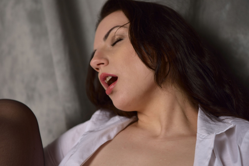 Aidra Fox Fingers Her Wet Pussy