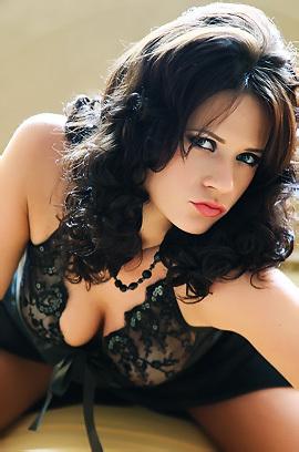 Glamour Model Babe Melanie Gold