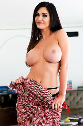 Kendall Karson Exposes Her Boobs